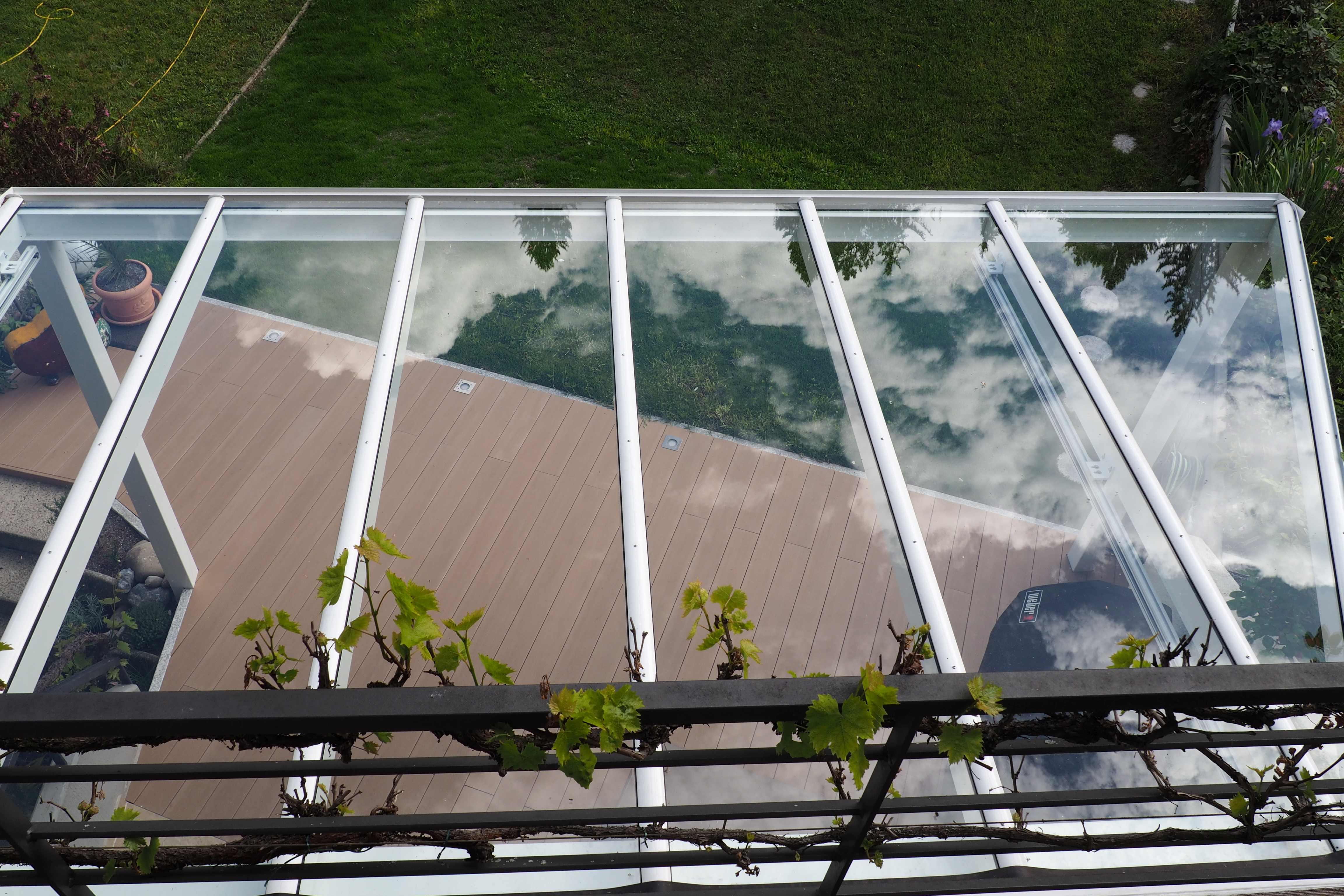 Blick durch Alu-Terrassendach mit VSG-Klarglas