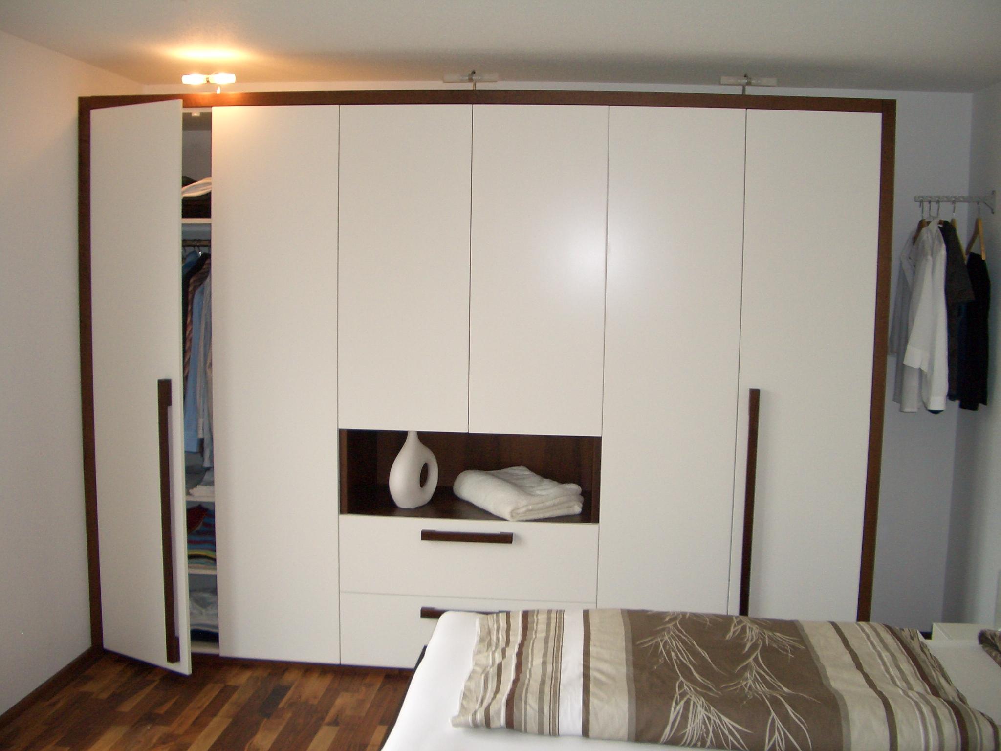 Schlafzimmerschrank weißlack mit Echtholz kombiniert